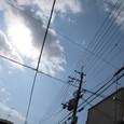 電線クロス青空見上げる雲に太陽