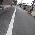 路側帯に白線まっすぐ伸びる