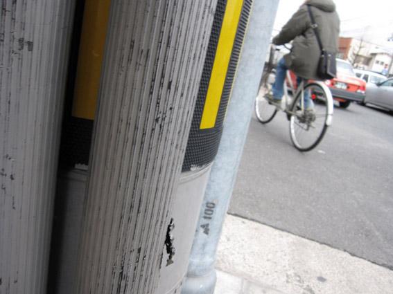 電柱の向こう自転車走り去る
