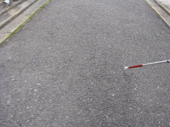 アスファルトに白杖歩く
