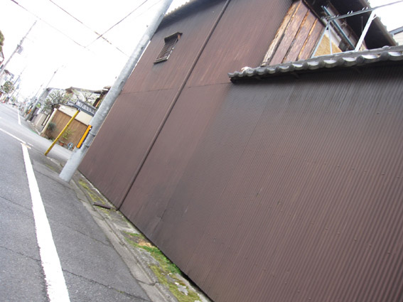 茶色いトタン壁大きい