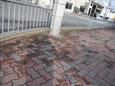 煉瓦敷き舗道に白杖持つ影