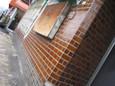 茶色い煉瓦タイルの壁に窓柵レトロ