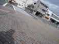 広い舗道の人影の先の横断歩道