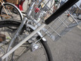 放置自転車のかしげる首に挑む白杖