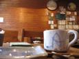 食後の皿とカップから店内を見る